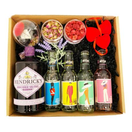 Exkluzív Nőnapi Hendricks Midsummer Gin Tonik szett Dobozban Hendricks perzsarózsás gömbbel